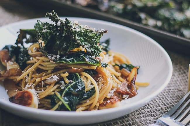 Roasted Garlic & Caramelized Onion Kale Pasta with Spicy Parmesan Kale Chips-8