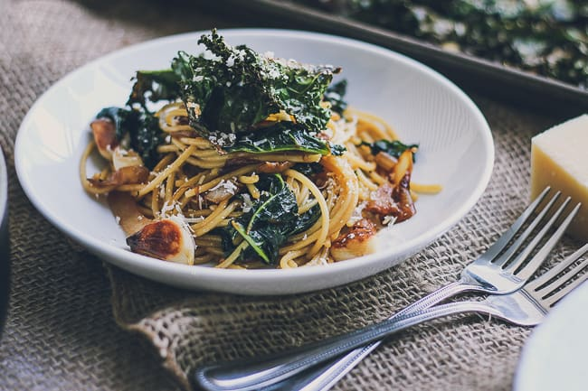 Roasted Garlic & Caramelized Onion Kale Pasta with Spicy Parmesan Kale Chips-9